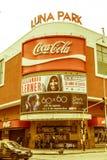 Ett taxipasserande framme av den berömda Luna Park konserthallen, på Co fotografering för bildbyråer