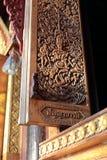 Ett teakwoodf?nster p? den Tha-Sai templet arkivbilder