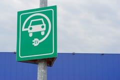 Ett tecken av laddande bilar på en pol Arkivbilder