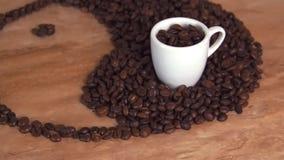 Ett tecken av yin och yang från kaffebönor Yinen och det yang tecknet läggas ut på kökmarmortabellen arkivfilmer
