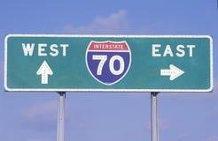 Ett tecken för östliga mellanstatliga 70 som är västra och Arkivfoton