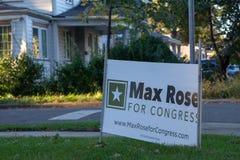 Ett tecken för den kongress- kandidaten Max Rose på trottoaren i Staten Island royaltyfri foto