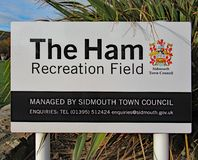 Ett tecken för Ham Recreation Field i Sidmouth, Devon Denna är också den huvudsakliga mötesplatsen för den årliga Sidmouth folk v royaltyfri fotografi