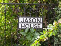 Ett tecken för roligt hus på det portjason huset England Arkivfoto