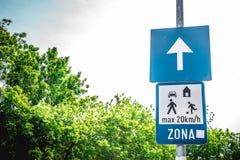 Ett tecken för vägEuropa trafik Arkivfoto