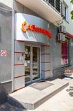 Ett tecken med logokontoret av den ryska Absolut banken Arkivfoto
