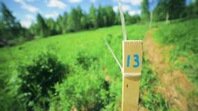 Ett tecken med numret 13 på en till salu täppa av land lager videofilmer
