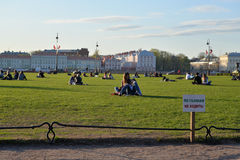 Ett tecken på gräsmattan att inte gå och folket på gräsmattan på set Arkivbilder