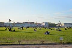 Ett tecken på gräsmattan att inte gå och folket på gräsmattan på set Fotografering för Bildbyråer