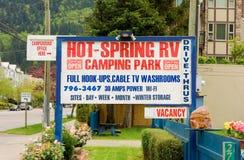 Ett tecken som annonserar en tältplats för motor-hem i brittiska columbia arkivbilder
