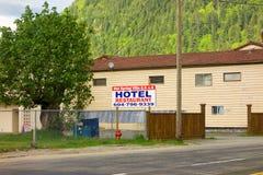 Ett tecken som annonserar ett hotell och en restaurang på harrison Hot Springs i både engelska och japan royaltyfri foto