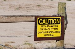 Ett tecken som kanske varnar gåva för radioaktivt material Royaltyfria Foton