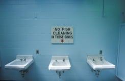 Ett tecken som läser ï¿ ½ ingen fisklokalvård i dessa sinksï¿ ½ Royaltyfri Foto