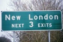 Ett tecken som läser ï¿ ½ nya London ¿ ½ för därefter 3 exitsï Royaltyfria Bilder