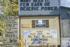 Ett tecken, som läser byggd som ï¿ ½ förbi betalas för oss slavarna för klok joyï¿ ½ Arkivfoto