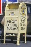 Ett tecken som läser ½ för ¿ för glassesï för ögat för insättningen för ï¿ ½ gammal arkivfoto