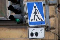 Ett tecken in St Petersburg, Ryssland shower var det blinda folket korsar ofta Royaltyfri Foto