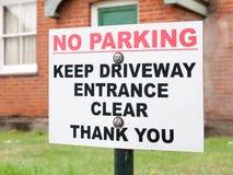 Ett tecken utanför ett hus som säger ingen ingång för parkeringsuppehällekörbana Arkivfoton