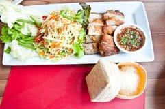 Ett thailändskt matfelanmälan SOMTAM och gallerhöna Arkivfoto