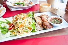 Ett thailändskt matfelanmälan SOMTAM och gallerhöna Arkivfoton