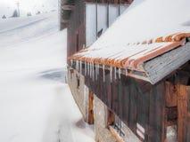Ett tom och ensamt stall och chalet i de schweiziska fjällängarna - 3 Arkivbild