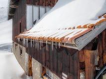 Ett tom och ensamt stall och chalet i de schweiziska fjällängarna - 4 Royaltyfri Fotografi