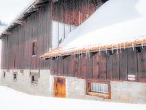 Ett tom och ensamt stall och chalet i de schweiziska fjällängarna - 6 Fotografering för Bildbyråer