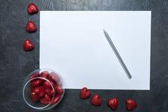 Ett tomt ark av papper på en mörk bakgrund förälskelse för kuverthjärtabokstav Ställe för din text Royaltyfria Bilder