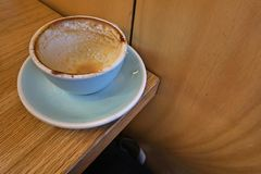 Ett tomt en keramisk kopp kaffe royaltyfri bild