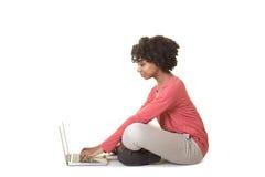 Ett tonårigt på datoren royaltyfri bild