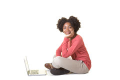 Ett tonårigt på datoren royaltyfri fotografi