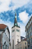 Ett torn av kyrkan för helgonOlaf ` s i mitten av Tallinn den gamla staden Arkivfoton