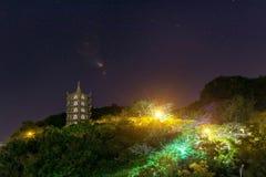Ett torn på ett berg på natten under stjärnor arkivbild