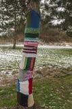 Ett träd som slås in med ullrät maska royaltyfria foton