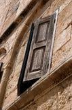 Ett träfönster i en byggnad Royaltyfria Bilder