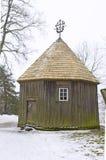 Ett trägammalt autentiskt litauiskt hus royaltyfri foto