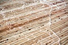 Ett trägolv som täckas av floden Arkivfoto