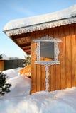 Ett trähus dekorerade med nationella ryska träskulpturer Fotografering för Bildbyråer