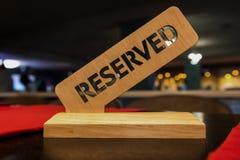 Ett trätecken på den reserverade tabellen i restaurangen Royaltyfria Bilder