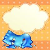 Ett trött blått monster nedanför den tomma molnmallen Arkivbilder