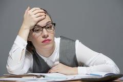 Ett trött huvud för affärskvinna på en hand royaltyfria foton