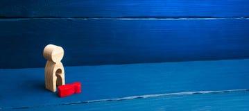 Ett tr?diagram av en kvinna med ett utan laga kraft fr?n vilket en r?d barnavverkning Begreppet av förlusten av ett barn, abort a arkivbilder