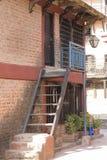 Ett traditionellt hus som lokaliseras i den huvudsakliga gatan av Bandipur arkivfoto