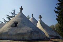 Ett traditionellt koniskt tak av trulloen arkivfoton