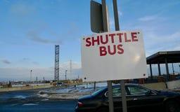 Ett trevligt tecken av anslutningsbussservice fotografering för bildbyråer