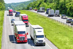 Ett tungt flöde av 18 person som drar en skottkärra pepprade med bilar, och SUVs rullar ner Tennessee en mellanstatlig huvudväg arkivfoton