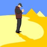 Ett turist- anseende på bakgrunden av pyramiden ser in i kameran Arkivfoton