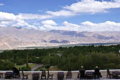 Ett turist- par som tycker om de sceniska Himalayan bergskedjorna Arkivfoto