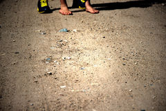 Ett två par av fot som står på en väg Arkivbild