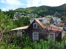 Ett typisk karibiskt hus på Port Elizabeth, bequia Royaltyfri Foto
